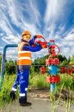 Arbeitnehmerin im Ölfeld Lizenzfreie Stockfotografie