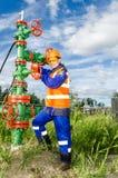 Arbeitnehmerin im Ölfeld Stockbild