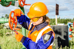 Arbeitnehmerin im Ölfeld Lizenzfreies Stockbild