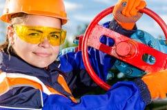 Arbeitnehmerin im Ölfeld Stockfotografie