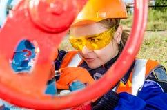 Arbeitnehmerin im Ölfeld Lizenzfreies Stockfoto