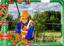 Arbeitnehmerin im Ölfeld Stockfoto