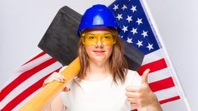 Arbeitnehmerin im Blauhelm stockfotos