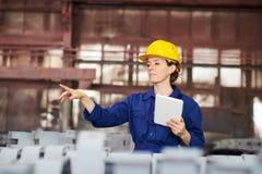 Arbeitnehmerin-Leitungsproduktion stockfotos