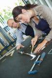 Arbeitnehmerin am Trennschneider lizenzfreies stockfoto
