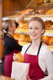 Arbeitnehmerin-Verpackungs-Brote in der Bäckerei lizenzfreie stockbilder