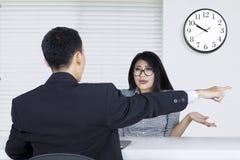 Arbeitnehmerin zurückgewiesen vom Jobwerbeoffizier lizenzfreie stockbilder