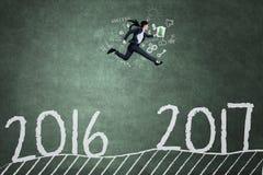 Arbeitnehmerinläufe auf Tafel in Richtung zu 2017 Stockbild