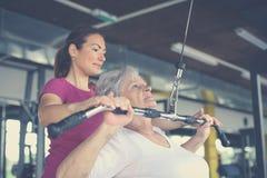 Arbeitsübung der aktiven älteren Frau in der Turnhalle stockfotografie
