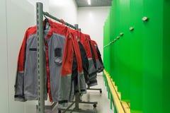 Arbeitsabnutzung Jacken auf Kleidung Stockfotos