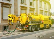 Arbeitsabwasser tauschen das Arbeiten in der städtischen Stadtumwelt Stockbild