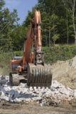 Arbeitsbagger während des Abbaus von Steinen  Stockfoto