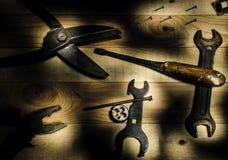 Arbeitsbauwerkzeuge, die auf einer Holzoberfläche liegen Stockbild