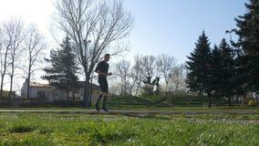 Arbeitsbeine des jungen männlichen Athleten vor der Ausbildung stock video
