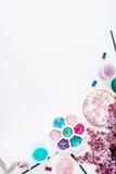 arbeitsbereich Bürsten, Palette, Blumenstrauß der Flieder lokalisiert auf weißem Hintergrund Stockbild
