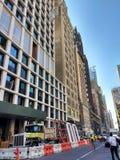 Arbeitsbereich, Crane Lifting Construction Material Above-Fußgänger, Manhattan, NYC, NY, USA Lizenzfreie Stockfotografie