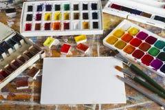 arbeitsbereich Kunstalbum, -Aquarell, -Pinsel und -bleistifte, an Lizenzfreie Stockfotografie