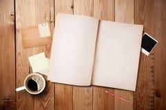 Arbeitsbereich mit Kaffeetasse und Notizbuch Stockfotografie
