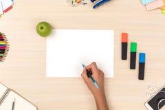 arbeitsbereich Tischplattenansicht persong, das neue Ideenskizzennahaufnahme zeichnet stockfoto