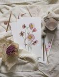 arbeitsbereich Wilde Blume gemalt mit Aquarell, Malerpinsel, auf weißem Hintergrund Obenliegende Ansicht Flache Lage, Spitze Lizenzfreie Stockfotos