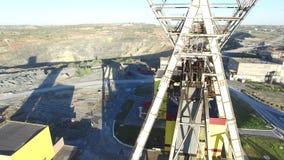 Arbeitsbergwerkaufzug in einer Kupfermine stock footage