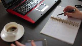 Arbeitsfluß auf dem Tisch, Nahaufnahme stock video footage