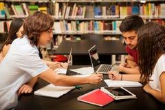 Arbeitsgemeinschaft in einer Bibliothek Stockfoto