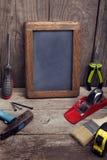 Arbeitsgeräte auf hölzernem rustikalem Hintergrund Lizenzfreies Stockbild