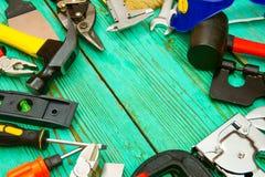 Arbeitsgeräte (Säge, Klammer, Hefter und andere) an Stockbild