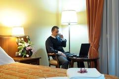 Arbeitsgeschäftsmann in einem Hotelzimmer Stockfotos