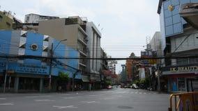 Arbeitsgestaltgehweg der thailändischen Leute an der Baustelle in Bangkok, Thailand stock video