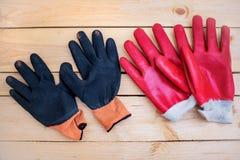Arbeitshandschuhe auf einem Holztisch, Handschuhe für Garten arbeiten stockbilder