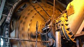 Arbeitskohlenmischer in der metallurgischen Anlage stock footage