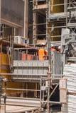 3 Arbeitskräfte arbeiten an einem Aufzug stockbild