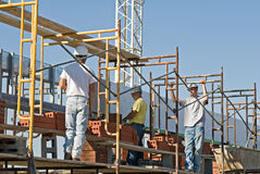 Arbeitskräfte auf Baugerüst lizenzfreies stockfoto