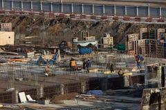 Arbeitskräfte auf Baustelle Pfahlgründung des Gebäudes darunter Lizenzfreie Stockbilder