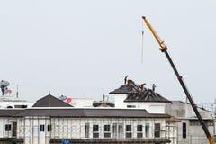 Arbeitskräfte auf dem Dach Lizenzfreies Stockbild