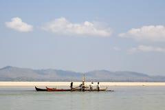 Arbeitskräfte auf dem Irrawaddy-Fluss stockfotografie