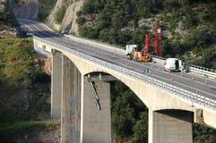 Arbeitskräfte auf der Brücke, die Reparatur durchführt Stockfotos