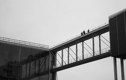 Arbeitskräfte auf der Brücke zwischen Gebäuden in Berlin lizenzfreies stockbild