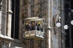 Arbeitskräfte auf Wänden von Duomodi Mailand Stockfotos