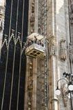 Arbeitskräfte auf Wänden von Duomodi Mailand Stockbilder