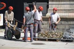 Arbeitskräfte auf Wänden von Duomodi Mailand lizenzfreie stockfotos