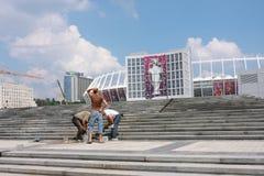 Arbeitskräfte beenden das olympische Stadion in Kiew oben bearbeiten Stockfotos