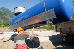 Arbeitskräfte beim Legen aufgrund von einem Gasbehälter Stockfoto