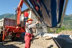 Arbeitskräfte beim Legen aufgrund von einem Gasbehälter Stockfotos