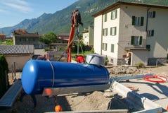 Arbeitskräfte beim Legen aufgrund von einem Gasbehälter Stockbilder