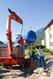 Arbeitskräfte beim Legen aufgrund von einem Gasbehälter Stockfotografie
