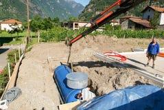 Arbeitskräfte beim Legen aufgrund von einem Gasbehälter Lizenzfreies Stockbild