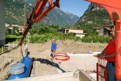 Arbeitskräfte beim Legen aufgrund von einem Gasbehälter Stockbild